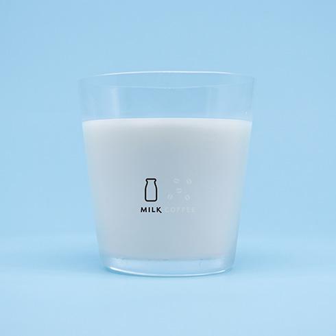 すばらしい発想の「珈琲牛乳のグラス」 注ぐ飲みものに合わせて浮き出る文字が変化する