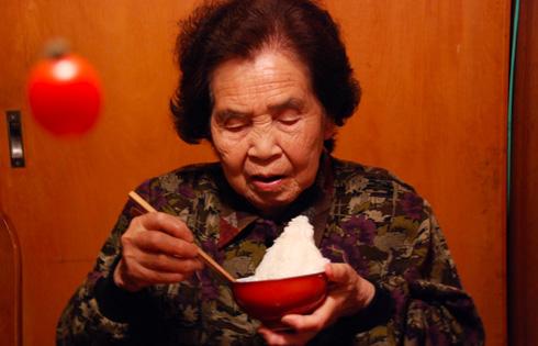 白米を食べるおばあちゃん