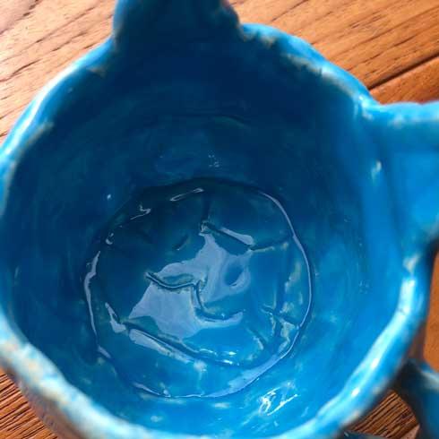 娘が作った 猫のマグカップ 確実に目を狙ってくる 鬼仕様
