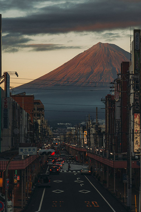 情緒あふれる街並みを見下ろす富士山 静岡の日常をとらえた写真がすてき