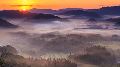 山に薄い霧がかかっている写真