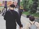 """木村了&奥菜恵、次女と手をつなぐ""""パパママ""""な後ろ姿 休日に新宿出没に驚きの声も"""
