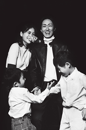 矢部浩之 青木裕子 夫婦 家族写真 息子 ナインティナイン VERY 12月号