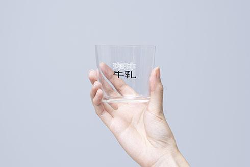 珈琲牛乳のグラス薄口グラスを持ったところ