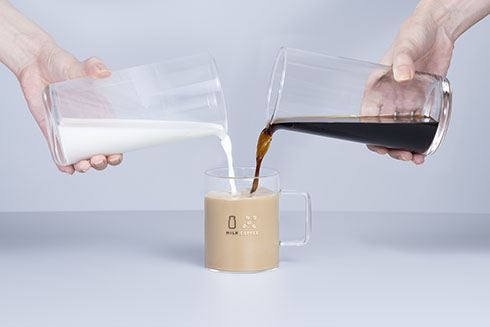 珈琲牛乳のグラス英語バージョンに珈琲牛乳を入れたところ