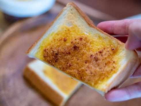ぬって焼いたらカレーパンを半分に切ったところ