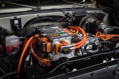 ボンネットの中にはシボレーの電気自動車「ボルトEV」のモーターを搭載