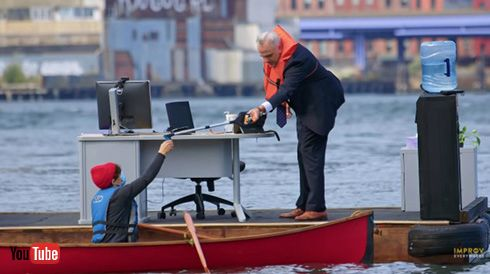 NYで一番ソーシャルディスタンスな職場が誕生! ドッキリ集団が川に浮かぶリモートオフィスでパフォーマンス