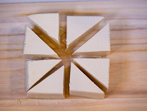 絹豆腐を三角に切ったところ