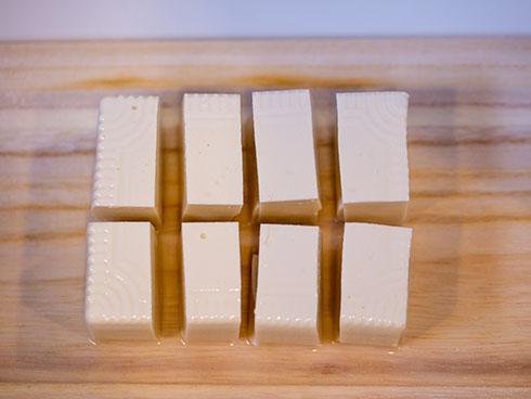 絹豆腐を四角に八等分したところ