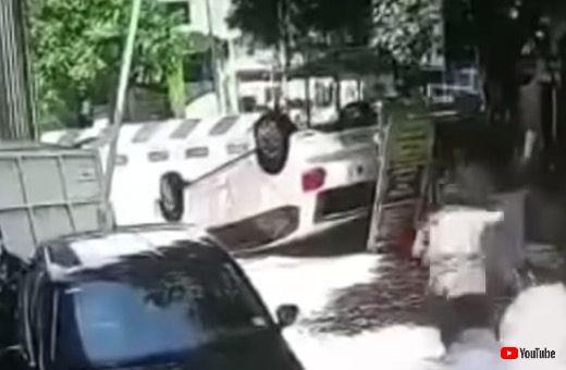 事故 海外 横転 クルマ