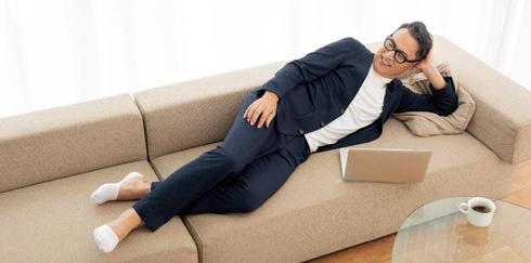 パジャマスーツを着て寝転んでいる人