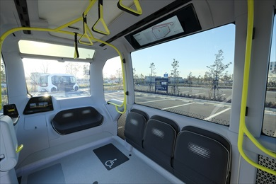 e-Paletteの車内。運転席は無く、電車のイメージに近い