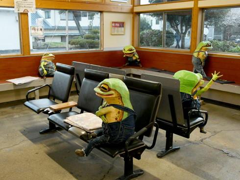印南駅 待合室 カエル