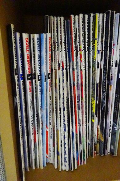 本棚に模型誌が並べられているところ