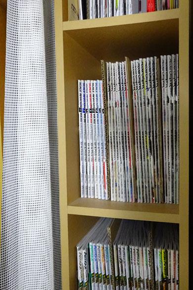 中敷きダンボールを数冊ごとにはさんで整理されているところ