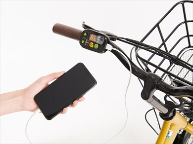 ハンドルに装着されているスイッチにはUSBポートが装備されており、スマートフォンの充電が可能