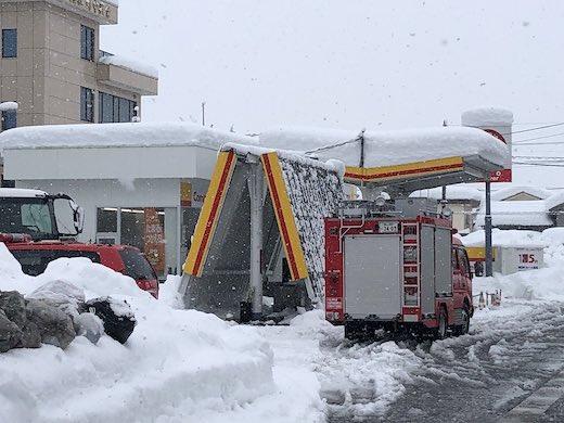 富山 大雪 屋根 折れる 真っ二つ 折りたたみ式