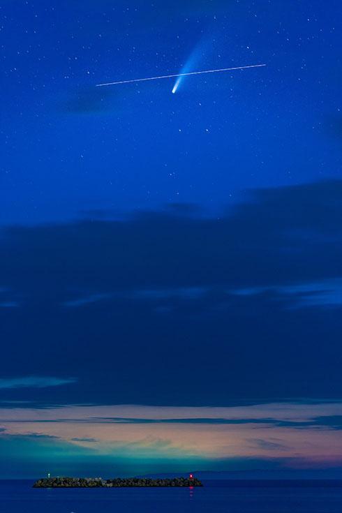 ネオワイズ彗星と国際宇宙ステーションが交差する写真