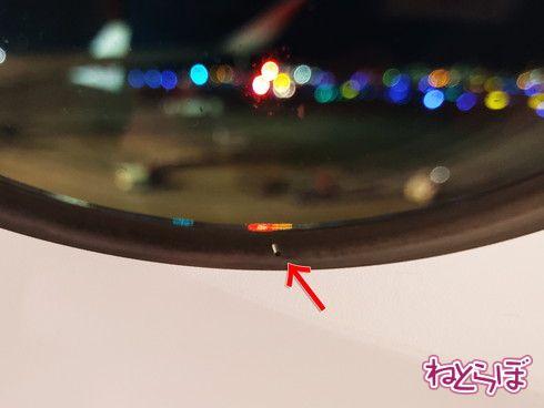 飛行機 窓 穴