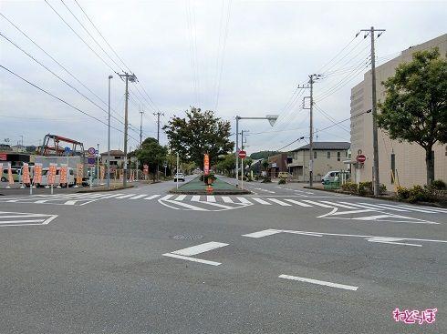 住宅街の中を通る立派な道