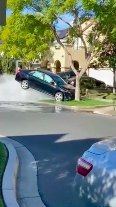 クルマ 消火栓 動画 笑える 事故