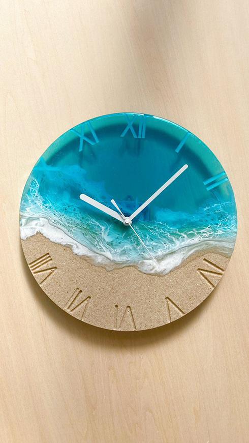 砂浜と波をレジンで表現 「波打ち際の時計」が息をのむ美しさ