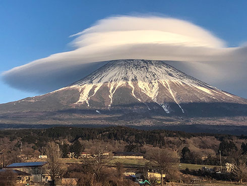 富士山に巨大な笠雲がかかった写真