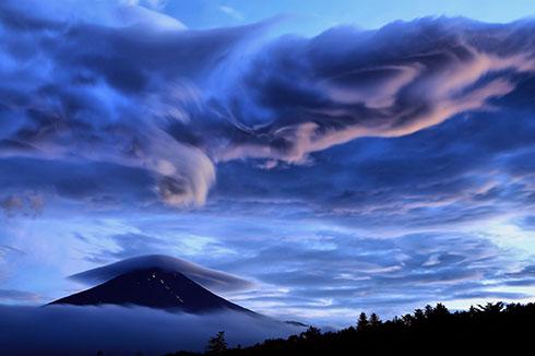 暗い富士とまがまがしい雲