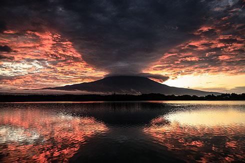 富士が噴火したかのように赤い空