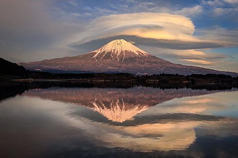 湖に映る逆さ富士と笠雲