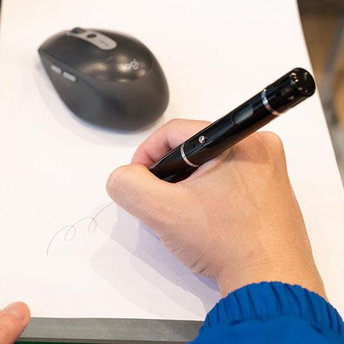 ボールペンde口臭チェッカーで文字を書いているところ