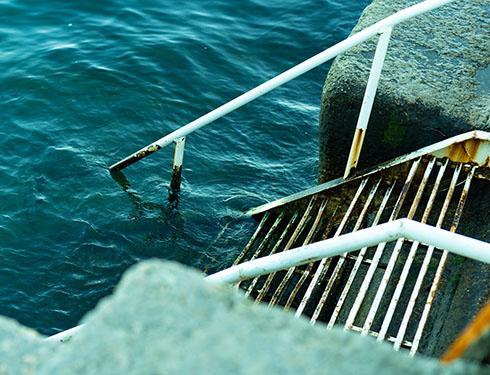 海に入っていく階段