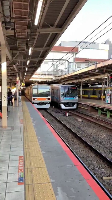 三鷹駅 電車 並走