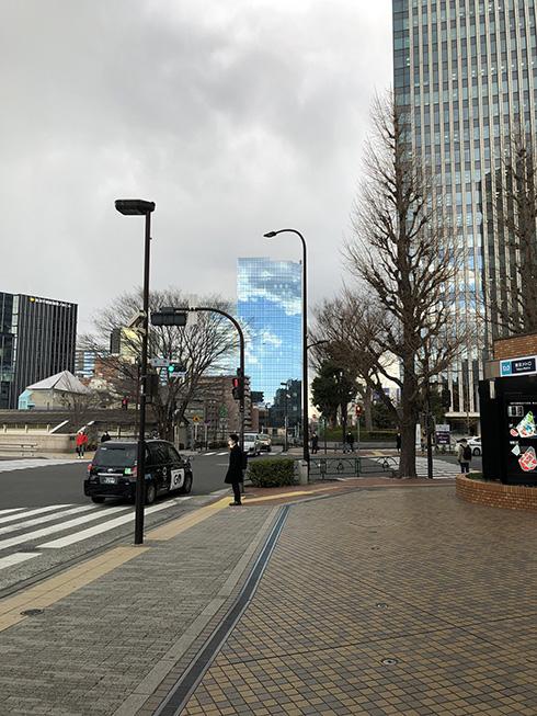 曇り空に穴が空いたような快晴? ビルの中だけ晴れているように見える写真がすごい