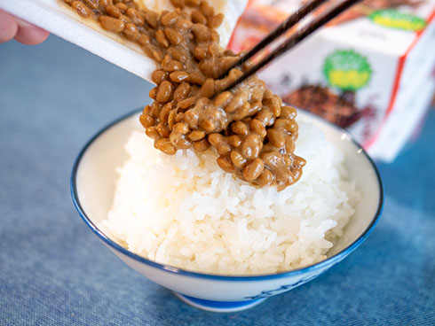 納豆をご飯にかけるところ