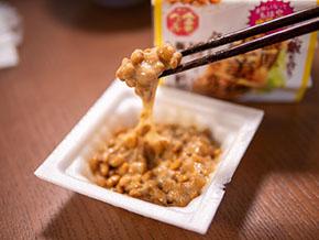 生姜焼納豆にタレを入れて混ぜるところ