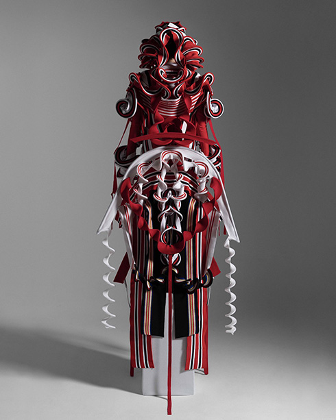 着想は「縄文土器や神道の造形から」 いにしえの雰囲気ただよう服がかっこいい