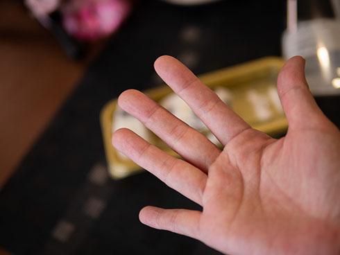 「塩豆大福仕立てのもち食感ロール」を食べた後の指