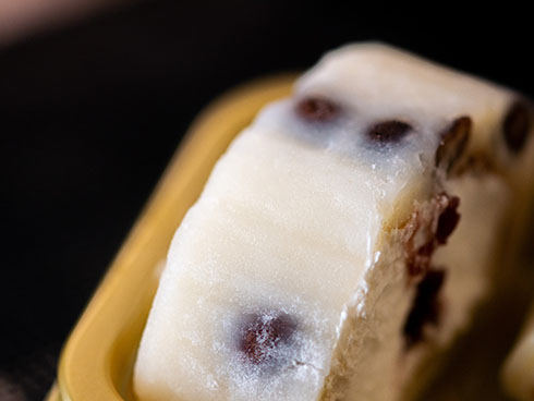 「塩豆大福仕立てのもち食感ロール」の表面