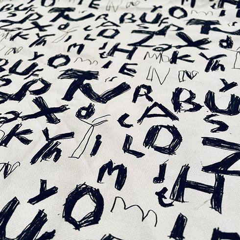 息子が手がけたアルファベットの落書きを「味がある」と母→ネットプリントで布生地に ハイセンスな図書バッグに仕立ててしまう