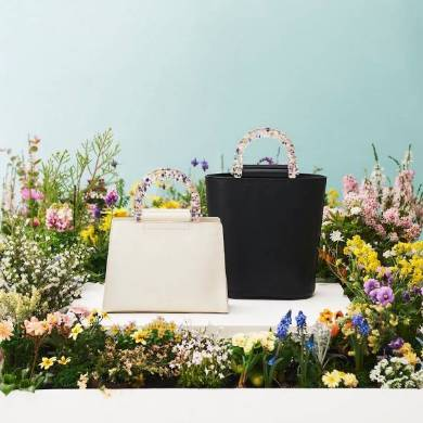 左)【CATTLEYA】MINI HAND BAG 45000円、右)【LUPINUS】BUCKET BAG 45000円