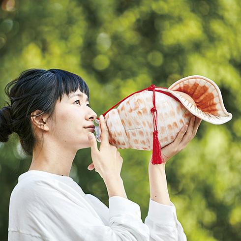 飲んでるのに吹いてる?! 法螺貝みたいなペットボトルケースがかなり攻めたデザイン