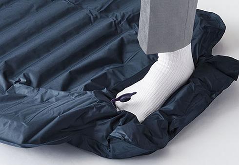 足踏み1分で休憩スペース完成 キングジムが「ポンプ一体エアーマット」を発売