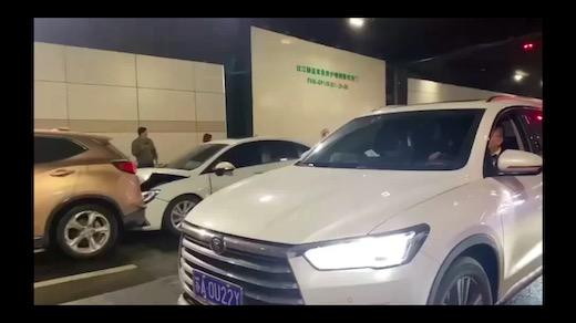 中国 事故 玉突き事故 シュール