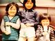"""腰の位置どうなってるの 有吉弘行、幼少期のスタイルが異次元過ぎて""""モデル並み""""の声「脚が綺麗で笑っちゃう」"""