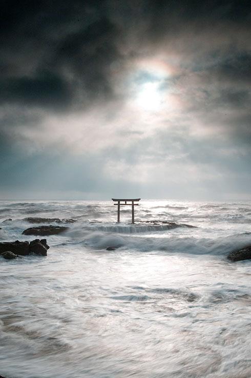 神磯の鳥居の神々しい写真