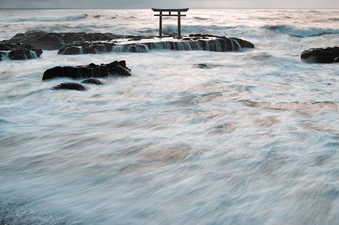 神磯の鳥居 荒れた海の写真