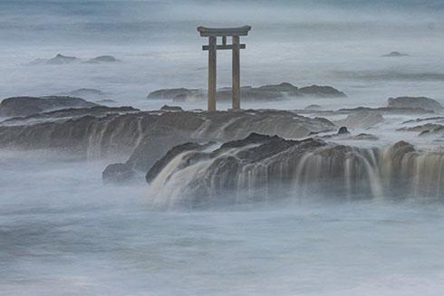 嵐の神磯の鳥居の写真