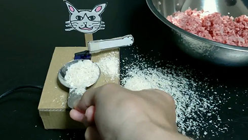大さじをすり切ってくれるネコの装置がすり切ったところ